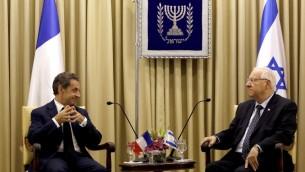 الرئيس الفرنسي السابق نيكولا ساركوزي خلال لقائه بالرئيس الإسرائيلي رؤوفن ريفلين، 8 يونيو 2015 (GALI TIBBON / AFP)