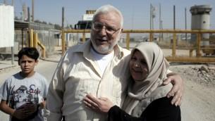 رئيس المجلس التشريعي الفلسطيني عزيز الدويك مع اقربائه بعد ان افرجت عنه السلطات الإسرائيلية، 9 يونيو 2015 (AHMAD GHARABLI / AFP)