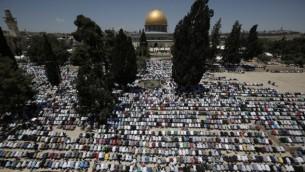 مصلون مسلمون في الحرم القدسي خلال اول صلاة جمعة بشهر رمضان، 19 يونيو 2015 (AFP/AHMAD GHARABLI)