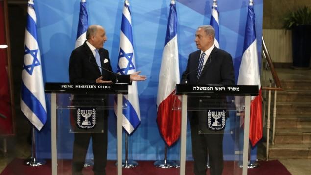 وزير الخارجية الفرنسي لوران فابيوس خلال مؤتمر صحفي مشترك مع رئيس الوزراء بنيامين نتنياهو في القدس، 21 يونيو 2015 (THOMAS COEX / POOL / AFP)