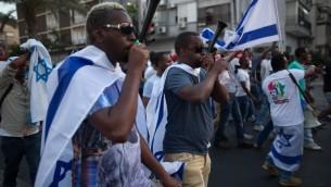 متظاهرون من اصل اثيوبي في تل ابيب يحتجون على العنصرية وعنف الشرطة، 22 يونيو 2015 (MENAHEM KAHANA / AFP)