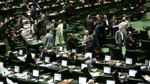 نواب إيرانيون يحضرون جلسة للبرلمان في طهران، 23 يونيو 2015 (BEHROUZ MEHRI / AFP)