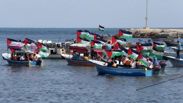 """تظاهرة في غزة دعما ل """"اسطول الحرية"""" المبحر نحو غزة بهدف كسر الحصار ، 24 يونيو 2015  (AFP/Mahmud Hams)"""