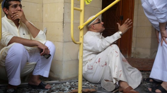"""مصابون خارج مسجد """"الإمام الصادق"""" الشيعي بعد إستهدافه في هجوم إنتحاري خلال صلاة الجمعة في 26 يونيو، 2015، في مدينة الكويت (AFP PHOTO / YASSER AL-ZAYYAT)"""