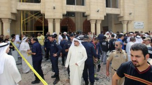 """قوات الأمن الكويتية خارج مسجد """"الإمام الصادق"""" الشيعي بعد إستهدافه في هجوم إنتحاري خلال صلاة الجمعة في 26 يونيو، 2015، في مدينة الكويت (AFP PHOTO / YASSER AL-ZAYYAT)"""