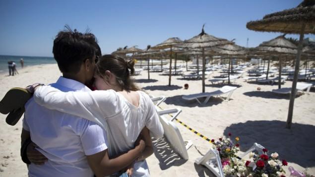 """ردة الفعل في موقع هجوم إطلاق النار على الشاطئ أمام فندق """"ريو إمبريال مرحبا"""" في مرسى القنطاوي، في ولاية سوسة جنوب العاصمة تونس، 27 يونيو، 2015. (AFP/KENZO TRIBOUILLARD)"""