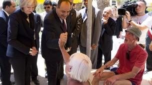 وزير الداخلية التونسي ناجم الغرسلي يتحدث مع سياح بريطانيين شهدوا الهجوم، 29 يونيو 2015 (KENZO TRIBOUILLARD / AFP)