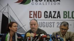 درور فيلر، أحد أعضاء تحالف أسطول الحرية، في الوسط، ستحدث خلال مؤتمر صحفي في 12 أغسطس، 2014، في إسطنيول. (AFP/BULENT KILIC)