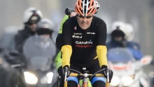 في هذه  الصورة التي التُقطت في 16 مارس، 2015 يركب وزير الخارجية الأمريكي جون كيري دراجته خلال إستراحة في لوزان السويسرية. ( AFP PHOTO / FABRICE COFFRINI)