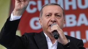 الرئيس التركي رجب طيب أردوغان خلال كلمة ألقاها في تجمع إنتخابي في منطقة غولباسي في أنقرة في 5 يوينو، 2014 عشية الإنتخابات التشريعبة المقررة في 7 يوينو. (AFP PHOTO / ADEM ALTAN)