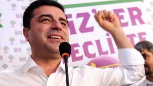 صلاح الدين دميرتاش زعيم حزب الشعب الديموقراطي الكردي خلال مؤتمر صحفي في اسطنبول، 7 يونيو 2015 (OZAN KOSE / AFP)