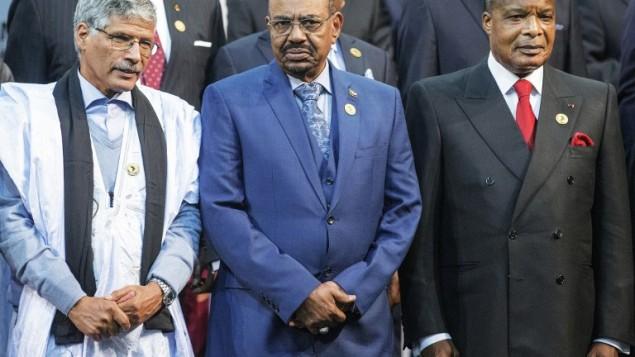 الرئيس السوداني عمر البشير (في الوسط)، ورئيس الكونغو دنيس ساسو-نغيسو (من اليمين) ورئيس وزراء الجمهورية العربية  الصحراوية الديمقراطية عبد القادر طالب عمر (من اليسار) خلال التقاط صورة جماعية في قمة الإتحاد الأفريفي ال25 في ساندتون بجنوب أفريقيا، 14 ينونيو، 2015. (AFP PHOTO/GIANLUIGI GUERCIA)
