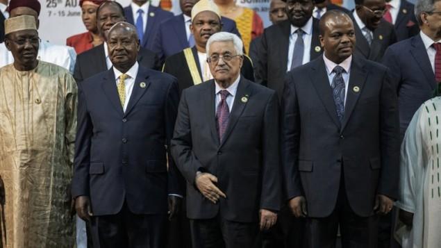 محمود عباس (في الوسط)  في قمة الإتحاد الأفريقي، في 14 يونيو، 2015. (AFP/GIANLUIGI GUERCIA)