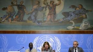 (من اليسار إلى اليمين) عضو لجنة تقصي الحقائق بشأن حرب غزة 2014 دودو ديين، ورئيسة اللجنة ماري مكغوان ديفيس  ومسؤول المعلومات في مكتب المفوضية السامية لحقوق الإنسان رولاندو غوميز خلال مؤتمر صحافي في 22 يونيو، 2015 في مكتب الأمم المتحدة في جنيف. (AFP/FABRICE COFFRINI)