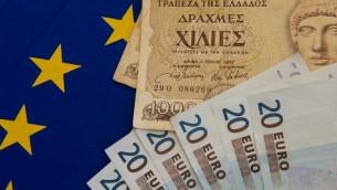 صور لأوراق نقدية من عملة اليورو بجانب عملة اليونان السابقة (DENIS CHARLET / AFP)