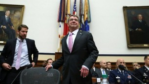 وزير الدفاع الأمريكي اشتون كارتر امام لجنة القوات المسلحة في الكونغرس، 17 يونيو 2015 (Mark Wilson/Getty Images/AFP)