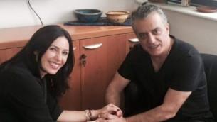 وزيرة الثقافة ميري ريغيف والممثل نورمان عيسى خلال لقائهما في تل ابيب، 19 يونيو 2015 (courtesy)