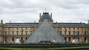 ساحة متحف اللوفر في باريس (CC BY SA Alvesgaspar, Wikipedia)