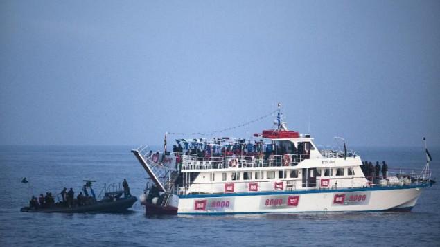سلاح البحرية الإسرائيلي يعترض أسطول مساعدات متجه إلى غزة في البحر الأبيض المتوسط، 31 مايو، 2010. (AFP/Uriel Sinai/File/Pool)