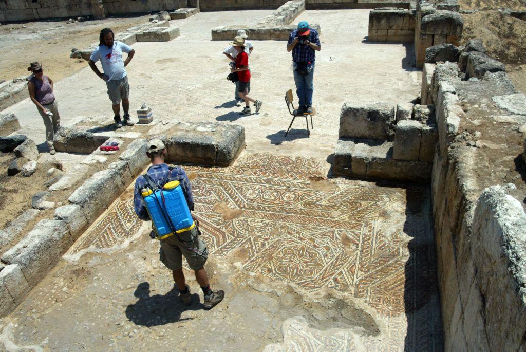 علماء آثار في خربة المنيا، على ضفاف بحيرة طبريا (مصدر الصورة: حفريات المينا، الجامعة العبرية في القدس)