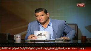 """صورة شاشة لاسلام البحيري اثناء تقديم برنامجه """"مع اسلام"""" (screen capture: YouTube)"""