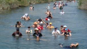 اسرائيليون يسبحون في نهر الاردن، 2009 (Haim Azulay/Flash90)