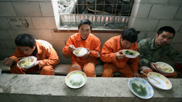 صورة توضيحية لعمال صينيين في اسرائيل، 2009 (Moshe Shai/FLASH90)