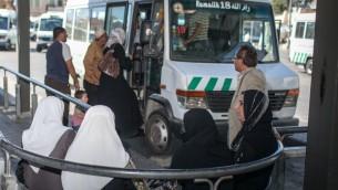 فلسطينيون يركبون حافلة متجهة الى رام الله من المحطة المركزية في القدس الشرقية (Noam Moskowitz)