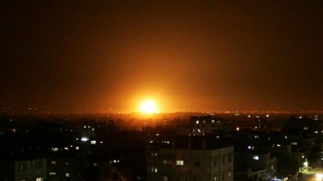 صورة توضيحية: إنفجار في سماء غزة في غارة جوية عام 2012. (Abed Rahim Khatib / Flash90)