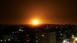 انفجار بعد غارة اسرائيلية في رفح، جنوب قطاع غزة عام 2012 (Abed Rahim Khatib/Flash90)