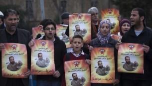 فلسطينون يحتجون خارج محكمة الصلح في القدس تضامنا مع الأسير المضرب عن الطعام سامر عيساوي، 19 فبراير، 2013. (Yonatan Sindel/Flash90)