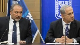 رئيس الوزراء بينيامين نتنياهو ووزير خارجيته في ذلك الوقت أفيغدور ليبرمان في الكنيست، 3 فبراير، 2014. (FLASH90)