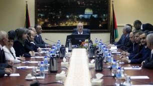 رئيس الوزراء الفلسطيني رامي الحمدالله في خلال الجلسة الأولى لحكومة التوافق الفلسطينية في يونيو 2014 (Issam Rimawi/Flash90)