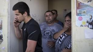 """إسرائيليون يحتمون قي ملجأ بعد سماع صفارات الإنذار في سديروت، جنوب إسرائيل، في اليوم الثالث من عملية """"الجرف الصامد""""، الخميس 10 يوليو، 2014. (Hadas Parush/Flash90)"""