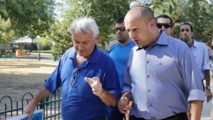 وزير التربية والتعليم نفتالي بينيت (من اليمين) برفقة رئيس المجلس الإقليمي شاعر هنيغيف، ألون شوستر، في كيبتوس كفار عزه، بالقرب من الحدود بين إسرائيل وغزة في 24  أغسطس، 2014.  (Edi Israel/Flash90)
