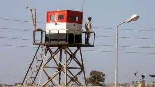صورة لبرج مراقبة مصري التقطت من الجهة الفلسطينية لمعبر رفح في قطاع غزة، 26 اكتوبر 2014 (Abed Rahim Khatib/Flash90)