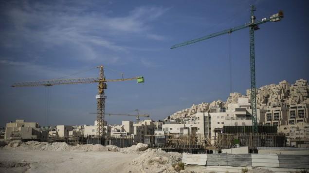 بناء وحدات سكنية جديدة في حي هار حوما في القدس الشرقية، 28 أكتوبر، 2014. (Hadas Parush/Flash90)