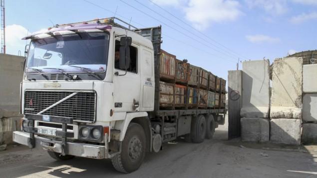 شاحنة محملة بالبضائع بعد دخولها من اسرائيل الى قطاع غزة عن طريق معبر كرم ابو سالم، 15 مارس 2015 (Abed Rahim Khatib/Flash90)