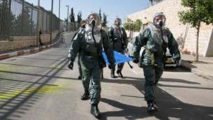 عناصر من حراس الشرف في الكنيست وقيادة الجبهة الداخلية وفرق الإطفاء والجيش الإسرائيلي والشرطة الإسرائيلية تشارك في تمرين طوارئ في الكنيست، 21 مايو، 2015. (Yaniv Nadav/Flash90)