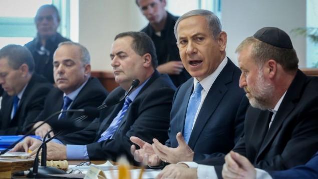 بينيامين نتنياهو يترأس الإجتماع الأسبوعي للحكومة في القدس، 31 مارس، 2015. (Marc Israel Sellem/POOL)