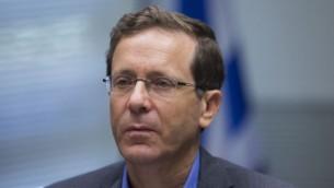 رئيس المعسكر الصهيوني يتسحاك هرتسوغ خلال اجتماع لحزبه في الكنيست، 1 يونيو 2015 (Yonatan Sindel/Flash90)