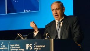 رئيس الوزراء بنيامين نتنياهو في مؤتمر هرتسليا، 9 يونيو 2015 (Amos Ben Gershom/GPO)