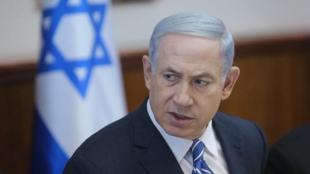 رئيس الوزراء بنيامين نتنياهو خلال الجلسة الأسبوعية للحكومة في القدس، 21 يونيو 2015 (Alex Kolomoisky/POOL)