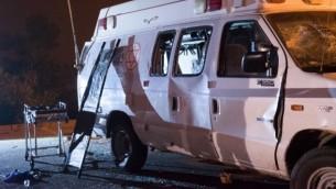 سيارة الإسعاف التابعة للجيش الإسرائيلي التي تعرضت لهجوم من قبل حشد درزي من سكان إسرائيل في هضبة الجولان بينما كانت تنقل جرحى سوريين لتلقي العلاج في إسرائيل، 22 يونيو، 2015. (Basel Awidat/Flash90)