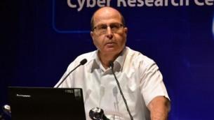 وزير الدفاع الإسرائيلي موشيه يعالون خلال كلمة ألقاها في مؤتمر السايبر الدولي في جامعة تل أبيب، 24 يونيو، 2015. (Ariel Hermoni/Ministry of Defense))