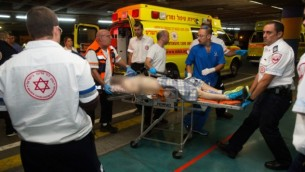 احد المصابين الاربعة بهجوم اطلاق النار بالقرب من مستوطنة شفوت راحيل في الضفة الغربية عند وصوله الى مستفى شعاري تسيديك في القدس، 29 يونيو 2015 (Yonatan Sindel/Flash90)