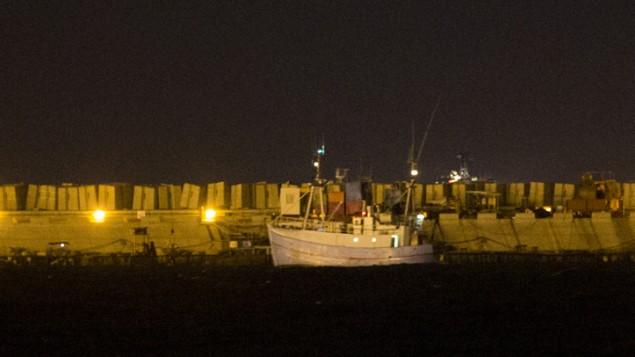 """سفينة """"ماريان""""، من """"اسطول الحرية 3""""، تدخل ميناء اسدود بمرافقة من البحرية الإسرائيلية، 29 يونيو 2015  (Yonatan Sinde/Flash90)"""