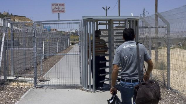 رجل فلسطيني يسير باتجاه حاجز حوارة، بالقرب من مدينة نابلس في الضفة الغربية (Olivier Fitoussi/Flash90/File)