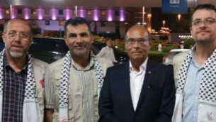 منصف المرزوقي (الثاني من اليمين) ونشطاء مناصرين للفلسطينيين يستعدون للإنضمام إلى الأسطول المتوجه إلى غزة، 21 يونيو، 2015. (الحساب الرسمي لمنصف المرزوقي على موقع Facebook)