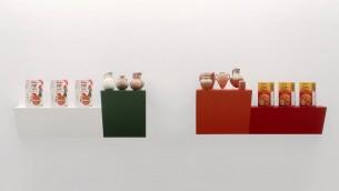 حاييم ستاينبخ، وُلد في رحوفوت (إسرائيل) 1944، يعمل في نيويورك ويقيم مع أصدقاء 2، 1986، رفان خشبيان مغطان بالبلاستيك؛ عبوات حبوب كيلوغز وتلما؛ جرات من العصر الحديدي والبرونزي (Courtesy Israel Museum)